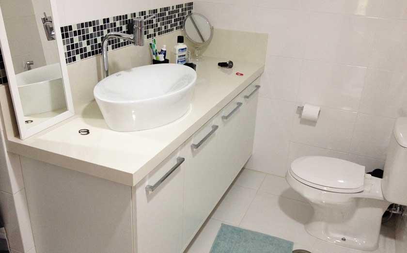Fixadas por cima da bancada, deixando as bordas aparentes, elas dão um toque especial ao banheiro.